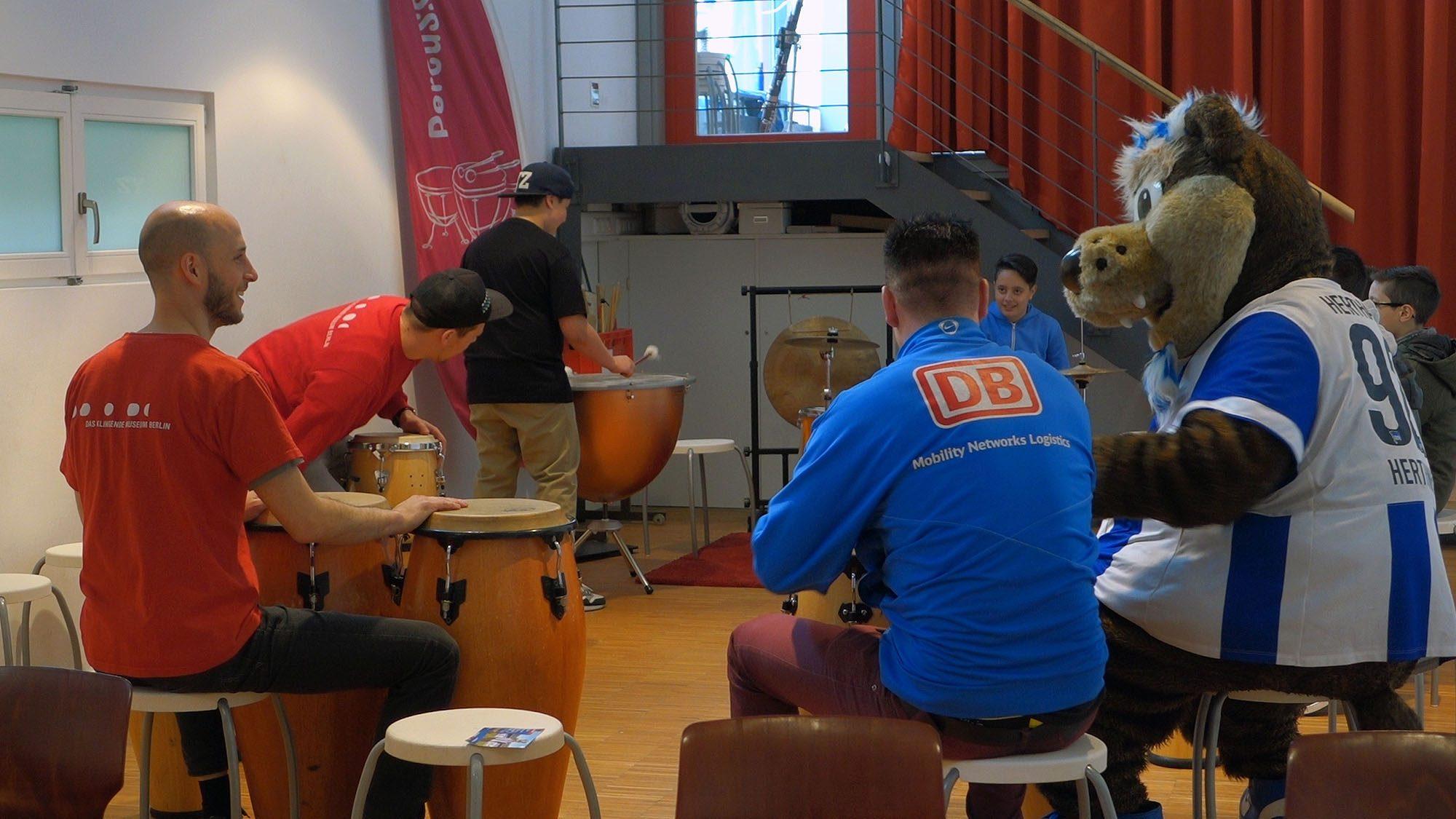 Maskottchen von Hertha BSC spielt Schlagzeug